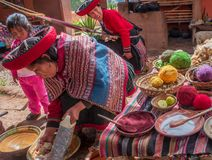 Mujer peruana en Chinchero imagen de archivo