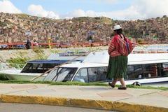 Mujer peruana en vestido tradicional Imagenes de archivo