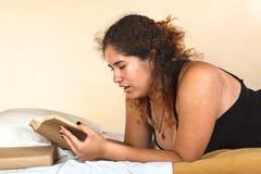 Mujer peruana que lee un libro Fotos de archivo libres de regalías