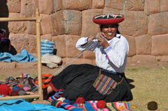 Mujer peruana que teje en el mercado Foto de archivo