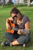 Mujer peruana que toca la guitarra Imagen de archivo libre de regalías