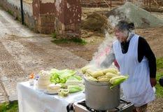 Mujer peruana que vende maíz Imagen de archivo libre de regalías