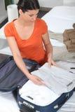 Mujer pila de discos la caja de mano Imágenes de archivo libres de regalías