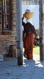Mujer pionera con su lavado Imagen de archivo
