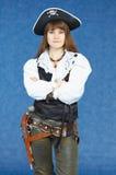 Mujer - pirata del mar en fondo azul con la pistola Fotos de archivo