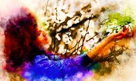 Mujer poética joven con la flor y el fondo suavemente borroso de la acuarela Fotografía de archivo libre de regalías