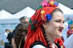 Mujer polaca bonita en bufanda principal tradicional Imágenes de archivo libres de regalías
