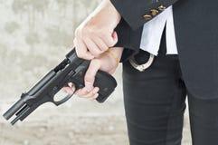 Mujer policía en la acción. Fotografía de archivo