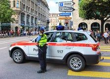 Mujer policía que mira el desfile suizo del día nacional en Zurich Foto de archivo