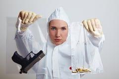 Mujer policía que muestra el arma Fotografía de archivo libre de regalías