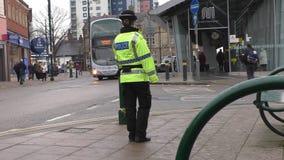 Mujer policía que patrulla en Manchester City metrajes