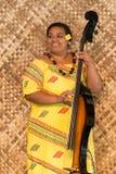 Mujer polinesia que toca el instrumento de la picadura fotografía de archivo