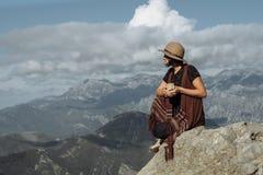 Mujer popular en té de consumición del sombrero en paisaje de la montaña de la caída de la naturaleza Fotos de archivo libres de regalías