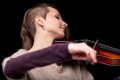 Mujer popular punky del violinista que sonríe y que juega Fotos de archivo libres de regalías