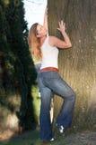 Mujer por el árbol Foto de archivo