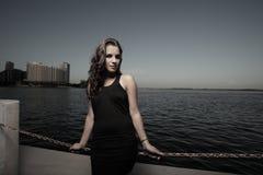 Mujer por la bahía en una alineada hermosa imagen de archivo libre de regalías