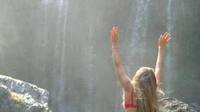 Mujer por la cascada almacen de metraje de vídeo