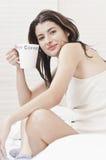 Mujer por la mañana con una taza de coffe Imagen de archivo libre de regalías