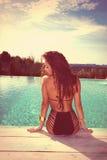 Mujer por la piscina Imagen de archivo libre de regalías