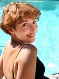 Mujer por la piscina fotografía de archivo