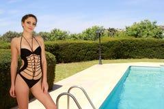 Mujer por la piscina foto de archivo