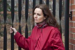 Mujer por la puerta Foto de archivo libre de regalías