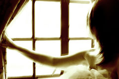 Mujer por la ventana fotografía de archivo