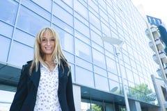 Mujer por un edificio moderno Imagenes de archivo