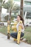 Mujer por una boca de riego de fuego Fotos de archivo