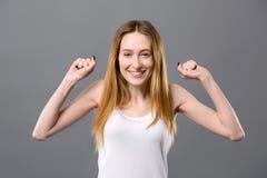 Mujer positiva alegre que expresa sus emociones Imagenes de archivo