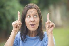 Mujer positiva con la idea al aire libre  Imagen de archivo libre de regalías