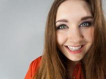 Mujer positiva feliz con el pelo marrón largo Imágenes de archivo libres de regalías