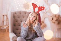 Mujer positiva feliz que pone un smartphone a su oído Fotos de archivo libres de regalías