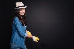 Mujer positiva que disfruta de cultivar un huerto Fotografía de archivo