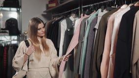 Mujer positiva que elige la ropa metrajes