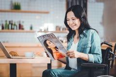 Mujer positiva que lee un artículo fotografía de archivo