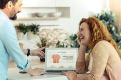 Mujer positiva que mira a su marido Fotos de archivo libres de regalías