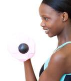 Mujer positiva que se resuelve con pesa de gimnasia Imagen de archivo libre de regalías