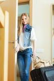 Mujer positiva rubia con equipaje Fotografía de archivo libre de regalías