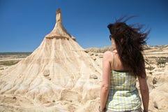 Mujer posterior delante de la montaña rara Imágenes de archivo libres de regalías
