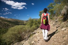 Mujer posterior que va de excursión en gredos Imagen de archivo