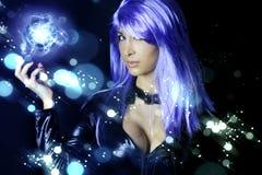 Mujer potente con el pelo azul Fotos de archivo