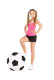 Mujer preciosa con el balón de fútbol grande imagenes de archivo