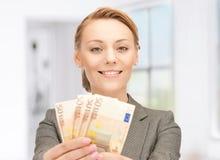 Mujer preciosa con el dinero euro del efectivo Imagenes de archivo