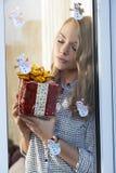 Mujer preciosa con el regalo de Navidad fotos de archivo libres de regalías
