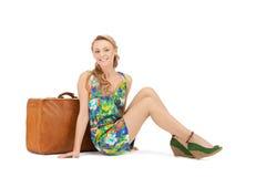 Mujer preciosa con la maleta Foto de archivo libre de regalías