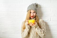 Mujer preciosa del inconformista en ropa del invierno con la taza Imagen de archivo libre de regalías