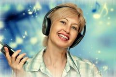Mujer preciosa en auriculares Fotografía de archivo libre de regalías