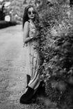 Mujer preciosa en gafas de sol redondas, vestido largo del retrato integral foto de archivo libre de regalías