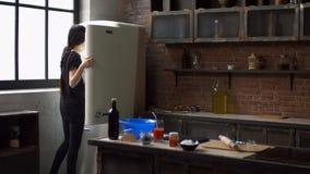 Mujer preciosa en receta de siguiente de la cocina en la tableta almacen de metraje de vídeo